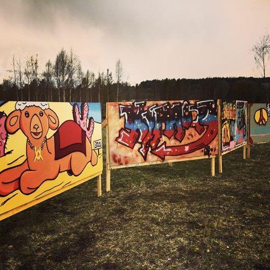 Graffiti-längs-väg-321