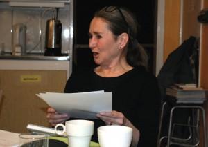 Ulla West läser entusiastiskt blan kaffekopparna i Hallen den 27 jan. 2015