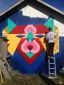 Henke målar lada i Hoverberg